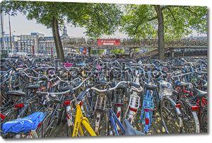 Велосипеды, парковка на мосту возле центрального вокзала, Амстердам, Голландия