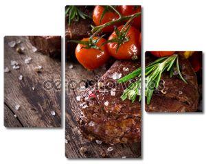 Говяжий стейк на деревянном столе
