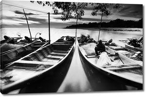 Рыбак доки, плавающего на воде на закате в черно-белом