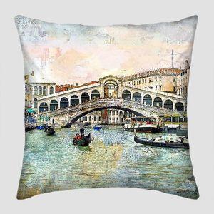 Мост Риальто на канале в Венеции