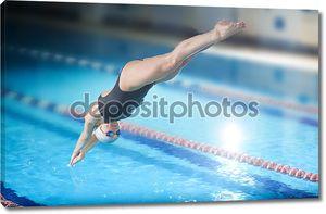 Женские прыжки в бассейн пловец.