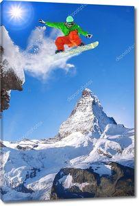 Сноубордист прыгает против пика Маттерхорн в Швейцарии