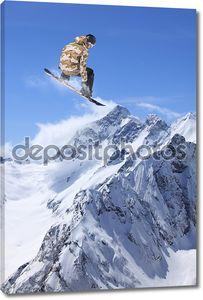 Сноубордист на фоне скалистых гор