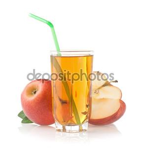 Яблочный сок в стакан на белом