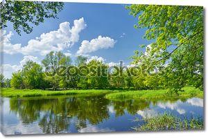 Весенний пейзаж с реки Нарев и облака на голубое небо