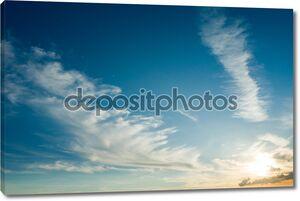 Перо облака на голубое небо