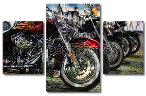 Мотоциклы на выставке в ряд