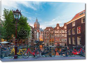 Ночная точка зрения город Амстердам канал, Церковь и мост