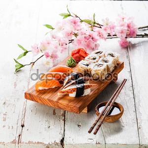 Набор суши, сашими и суши рулеты