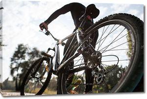 Вид сзади человека с велосипедом