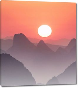 Солнце садится за горы