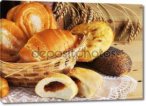 Натюрморт с хлебом на деревянном столе
