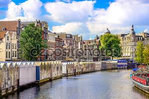 живописный вид на канал в Амстердаме на цветочный рынок