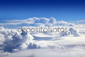 Голубое небо высокий вид из самолета облака