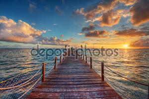 Блестящий восход солнца на море Пирс