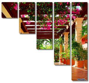 Ландшафтной террасе дома с цветами