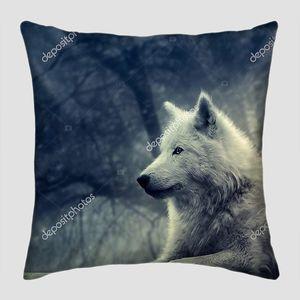 Белый волк в туманном лесу