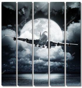 Самолет в кругу полной луны