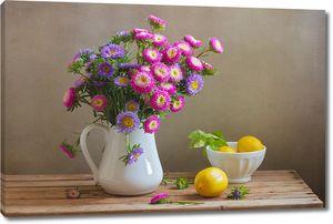 Яркие цветы в вазе рядом с лимонами