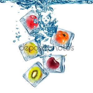 Различные фрукты, замороженные в лед кубе