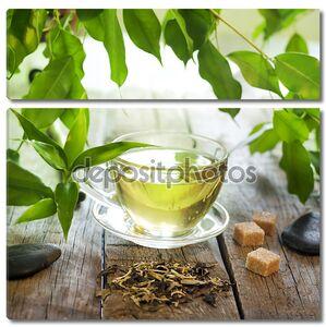 Чай на деревянных досках с зелеными листьями