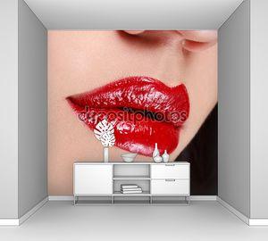 Губы красные