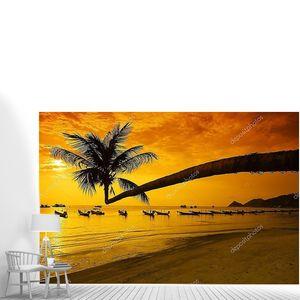 Закат с пальмами и лодки на тропическом пляже