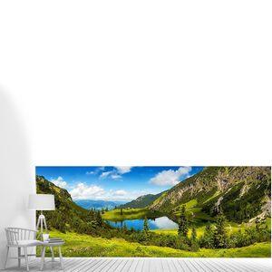 """Великолепное озеро, окруженное горами, """"озеро Гейзель"""" в немецких Альпах, с глубоким синим солнечным небом, отраженным в прозрачной воде, и яркими зелеными метеоритами на переднем плане"""