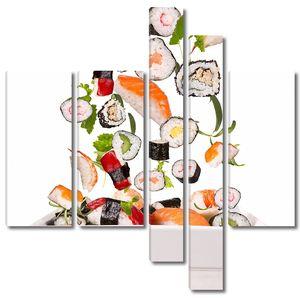 Тарелка с роллами и сушами