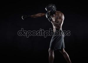 Молодой боксер осуществлять