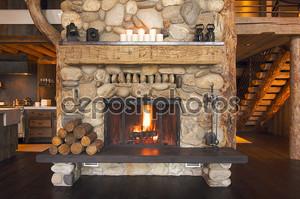Деревенском камин в кабине журнала