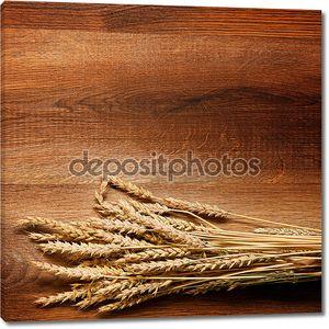 Пшеница на фоне древесины