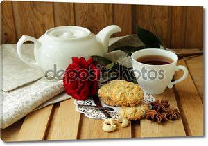 Натюрморт с чашкой чая, красной розы и домашнее овсяное печенье