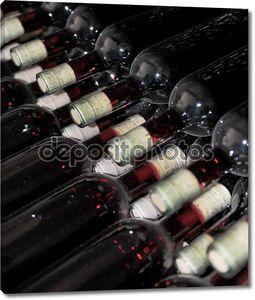 Старые бутылки вина в подвале