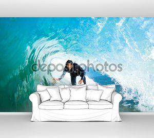Серфингист под волной