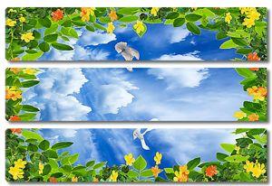 Кусочек неба в рамке из листьев
