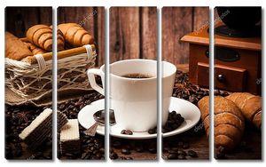 Натюрморт с кофе и круасанами
