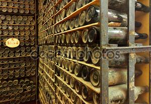 куча старинных винных бутылок