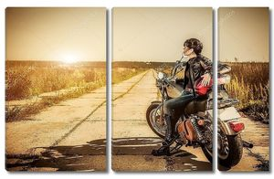 Байкер девушка сидит на мотоцикле