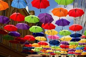Установка вывешивания красочных зонтиков