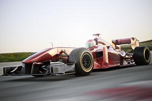 Мотоспорт гоночный автомобиль сбоку под углом зрения скорости вниз дорожки с движением размытия