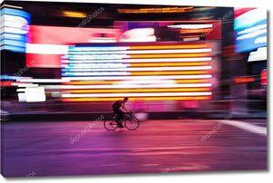Райдер велосипедов перед нами флаг на Таймс-сквер, Нью-Йорк