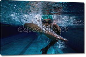 Под водой в бассейне