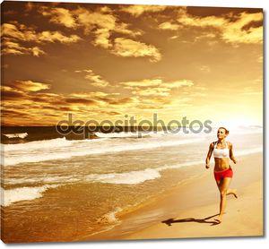 Здоровая женщина работает на пляже