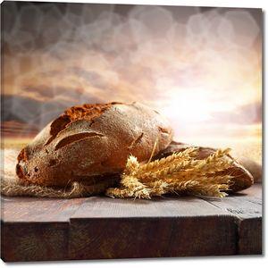 Вкусный хлеб рядом с колосьями
