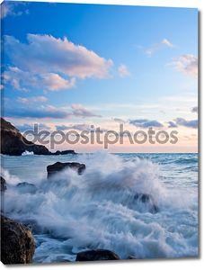 Морские волны на каменный пляж