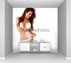Смеющийся сексуальная молодая женщина в белом бикини