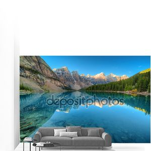 Кристально чистое озеро в горах