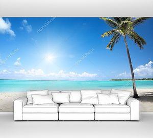 Море и пляж с кокосовой пальмой