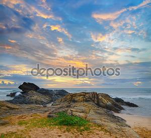 Берег океана на закате
